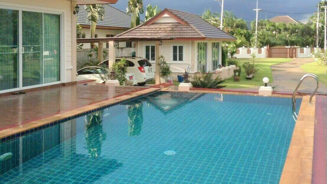 Pool Villa with 2 Guest Houses in North Hua Hin